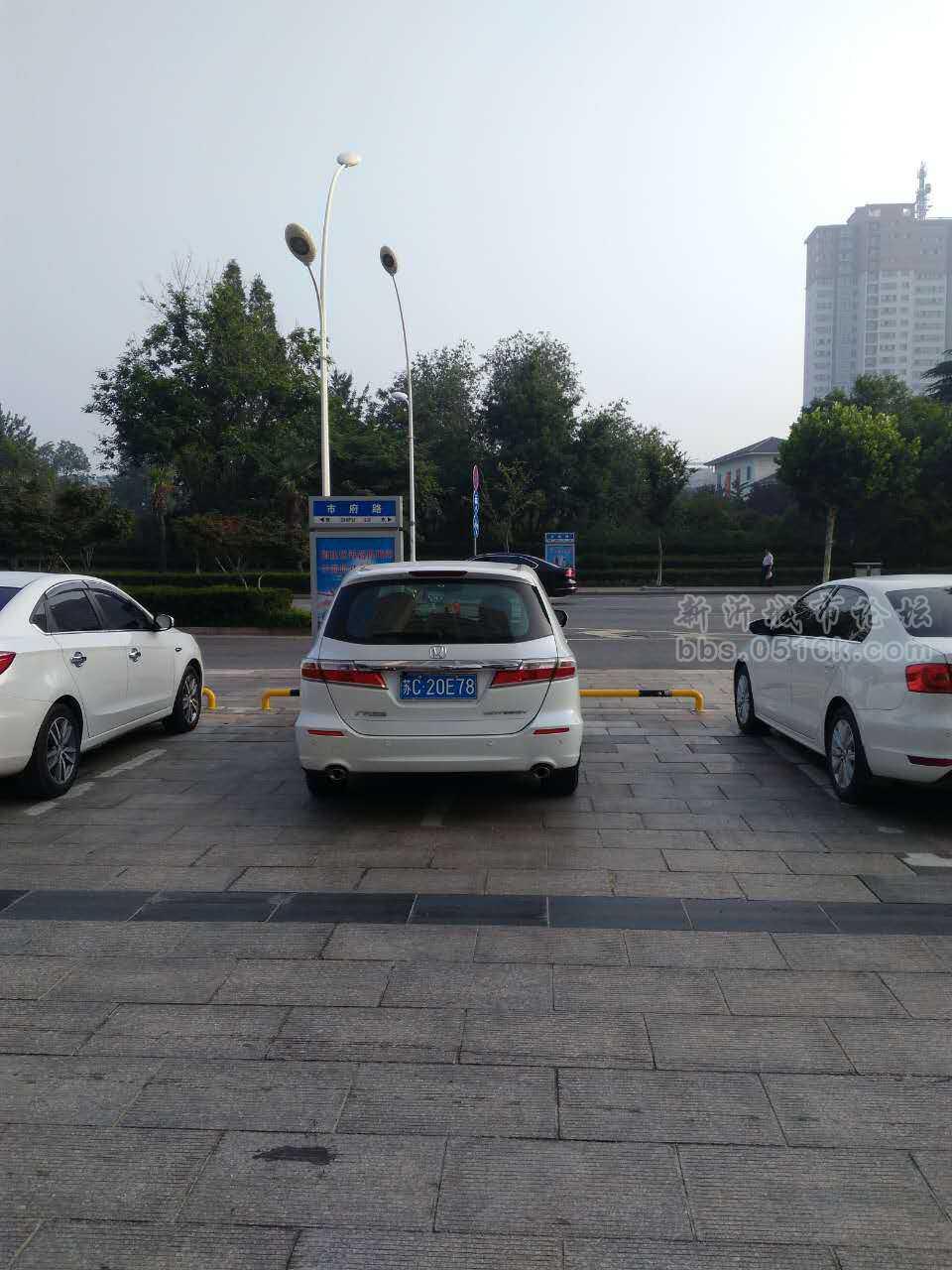 这车停的 该说你点什么呢 免费的停车场地,也画了车位,可你为什么就不能停在车位里呢 你一个人占了两个车位让别人怎么说你呢