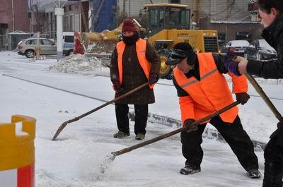 凛冽大雪飘飘,环卫工人扫雪忙我市下了一场雪,城区各主 次干道以图片